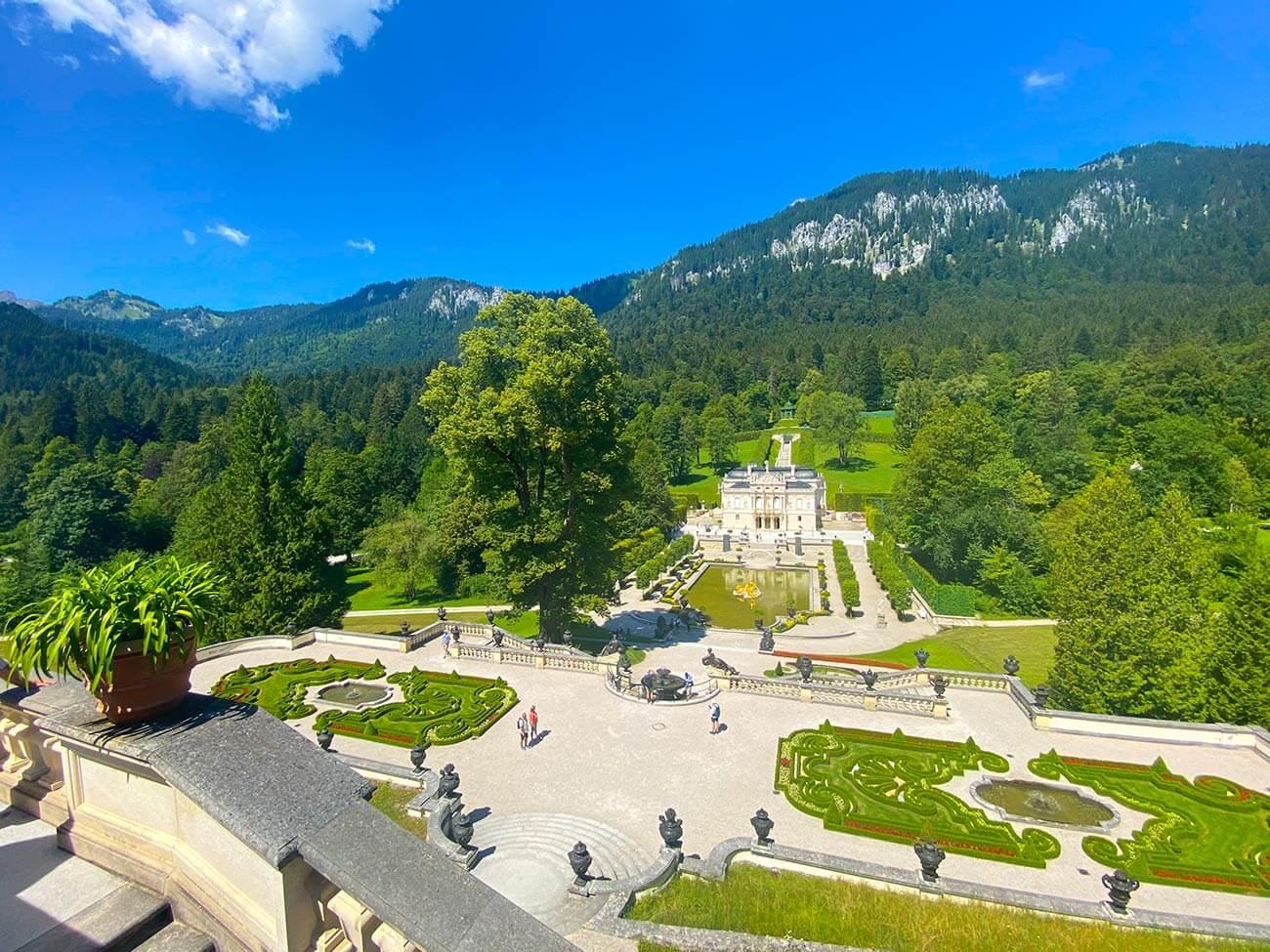 Мечтательный замок Линдерхоф в окружении пышных зеленых парков и лесов. Замок Линдерхоф